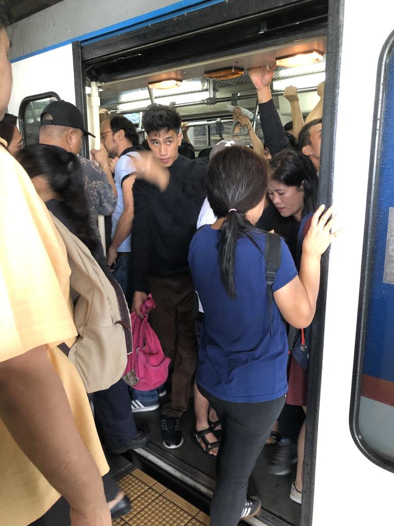 MRTの電車内の様子